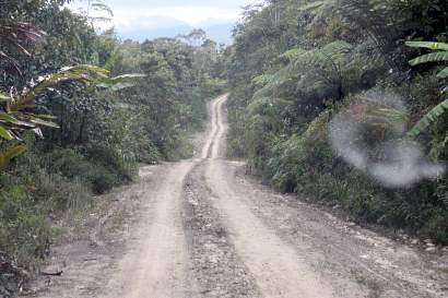 gravel road to Long Pasia