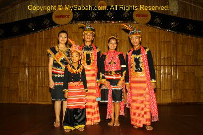 Group photo of Lotud dancers