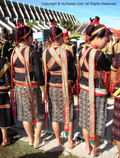 Girls in Lotud costumes