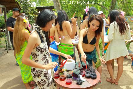 Miss Oriental contestants try batik painting