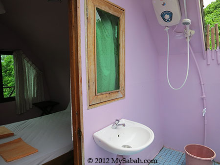 attached bathroom of Mari-Mari Backpackers Lodge