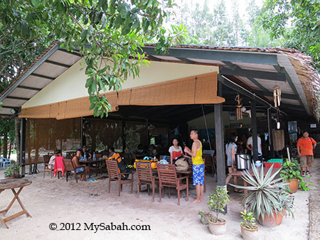 dining hall of Mari-Mari Backpackers Lodge