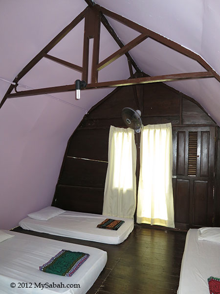 standard room of Mari-Mari Backpackers Lodge (Mantanani Besar Island)