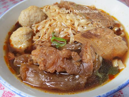 Beef noodle with beef slices, tendons and meat balls