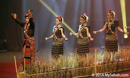 Rungus dancing Mongigol Sumandai