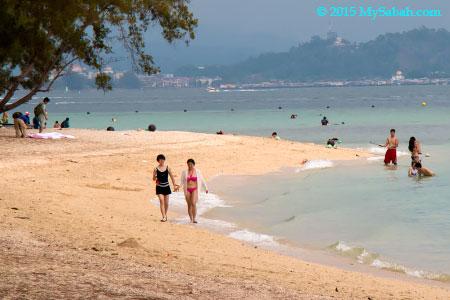 beach goers in Manukan Island