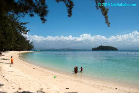 white sandy beach of Manukan