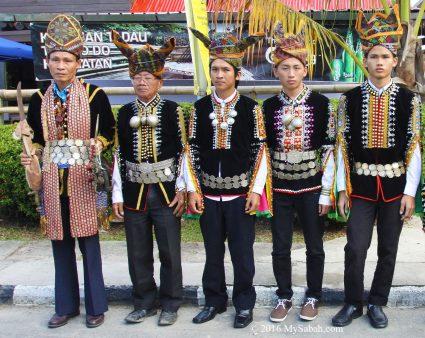 Dusun Tindal men wearing Himpogot