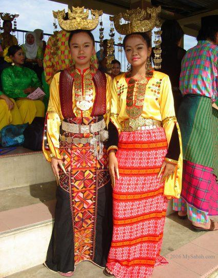 Bajau lady (left) wearing Himpogot