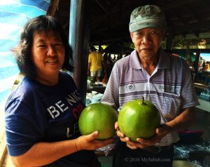 Wong couple selling fig fruit in Tamu market of Donggongon